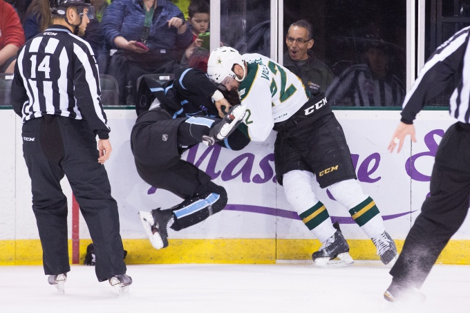 Scott Valentine fights with Felix Gerard. (Photo by Christina Shapiro/Texas Stars)