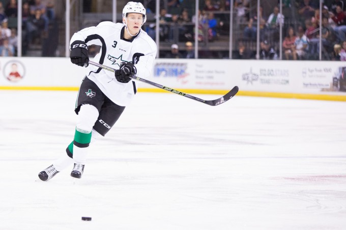 Esa Lindell makes a pass during a preseason game. (Photo by Christina Shapiro/Texas Stars)